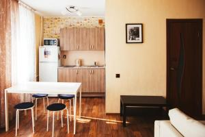 A kitchen or kitchenette at Apartment Kalina at Mashinostroiteley 41