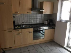 A kitchen or kitchenette at Pension zur Schmied'n