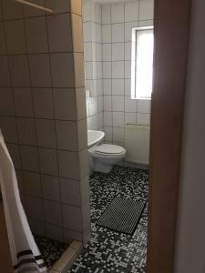A bathroom at Pension zur Schmied'n