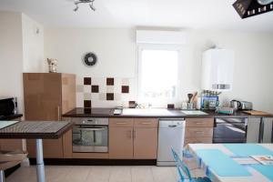 A kitchen or kitchenette at Appart Résidence proche plage avec piscine