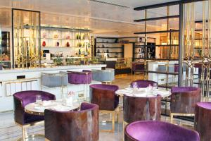 The lounge or bar area at Tamani Marina Hotel & Apartments