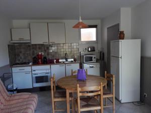 Cuisine ou kitchenette dans l'établissement Résidence Les Écureuils