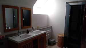A bathroom at Belle Longère