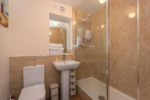 A bathroom at Central St Andrews 2 Bed Apartment - Free Parking