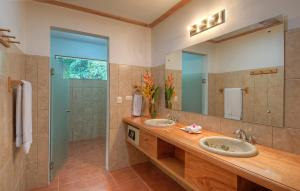 A bathroom at Tortuga Lodge & Gardens