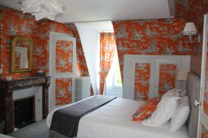 A bed or beds in a room at Manoir de Boisvillers