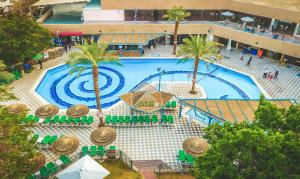 נוף של הבריכה ב-קלאב אין אילת - Coral Beach Villa Resort או בסביבה