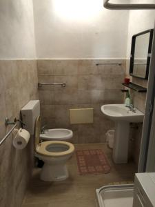 A bathroom at Villetta su Crastu Ruggiu
