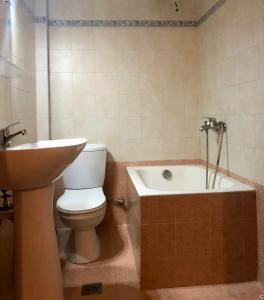 A bathroom at Apartment Kanakis 10 the airport