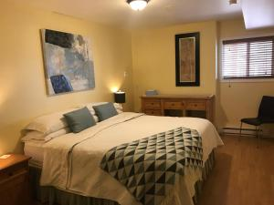 A bed or beds in a room at Acker Vacation Rentals Kelowna