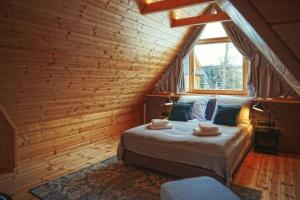 A bed or beds in a room at Etiuda Zakopane