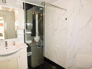 A bathroom at Elizabeth Suites