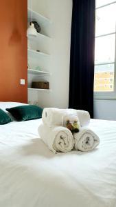A bed or beds in a room at ♛ La Porte Océane ♛ Centre Historique