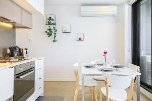 A kitchen or kitchenette at A Modern & Cozy 2BR CBD Apt Near Melbourne Central