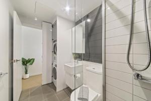 A bathroom at A Modern & Cozy 2BR CBD Apt Near Melbourne Central