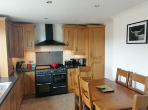 A kitchen or kitchenette at Haiskeir, Isle of North Uist