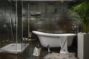 A bathroom at Boutique Hotel Chevalier - Adults Only