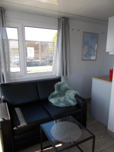 Część wypoczynkowa w obiekcie Houseboat ROTAN Rieth komfortowe domy na wodzie