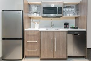 A kitchen or kitchenette at Home2 Suites By Hilton Orlando Near Universal
