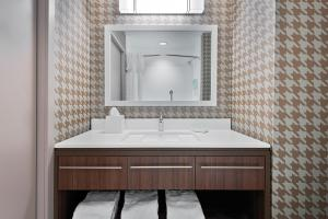 A bathroom at Home2 Suites By Hilton Orlando Near Universal