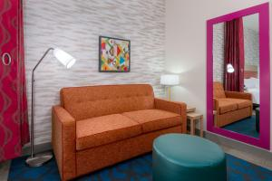 A seating area at Home2 Suites By Hilton Orlando Near Universal