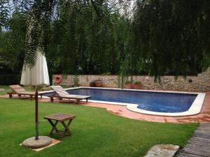 Der Swimmingpool an oder in der Nähe von Mas Falgarona Hotel Boutique & SPA