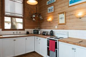 A kitchen or kitchenette at Sidneys Retreat