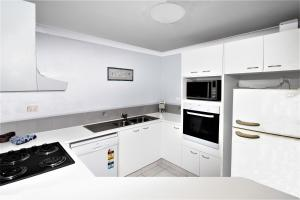A kitchen or kitchenette at Key Largo Holiday Apartments