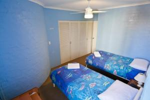 A bed or beds in a room at Sassafras - Unit 11 - Coffs Harbour