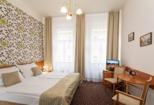 Cama ou camas em um quarto em Novoměstský hotel