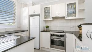 A kitchen or kitchenette at Skylark Executive Apartment over Mosman