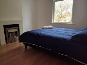 A bed or beds in a room at Chatham hill Apartment