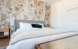 A bed or beds in a room at The West End Penthouse - 4BDR with Views