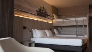 A bunk bed or bunk beds in a room at Hotel Mercure Blankenberge Station