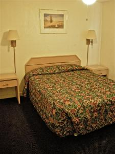 A bed or beds in a room at Hub Motel