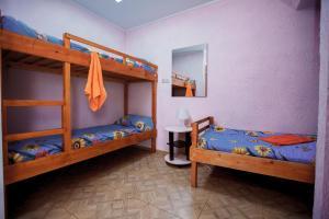 Двухъярусная кровать или двухъярусные кровати в номере Гостевой дом АГАТ