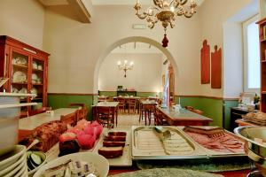 A restaurant or other place to eat at Maria Giovanna Guest House