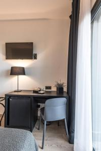 A television and/or entertainment centre at Hotel Paseo de Gracia