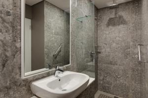 A bathroom at Protea Hotel by Marriott Cape Town Waterfront Breakwater Lodge