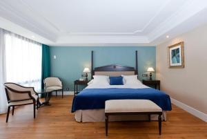 Säng eller sängar i ett rum på Los Monteros Marbella Hotel & Spa