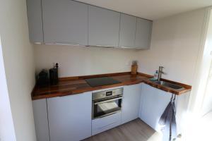 A kitchen or kitchenette at De Strandmus