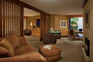 A seating area at White Oaks Conference & Resort Spa