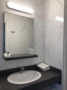 A bathroom at The Originals City, Hôtel Moderne, Metz (Inter-Hotel)