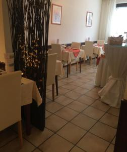 A restaurant or other place to eat at Hotel Am Ufer