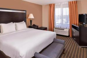 A bed or beds in a room at Hotel Nova SFO By FairBridge