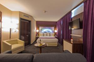 Een bed of bedden in een kamer bij Holiday Inn Toulouse Airport