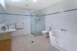 A bathroom at Cooinda Gardens