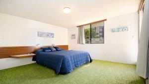 A bed or beds in a room at By The Sea Unit 4, 13 Esplanade, Kings Beach