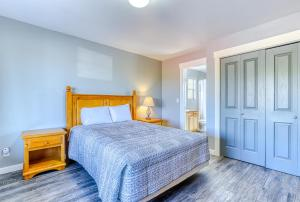 A bed or beds in a room at Lakeview Villa #501