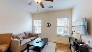 A seating area at 1 Bed 1 Bath Apartment in Dallas